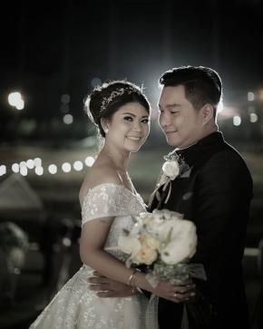 """Sometimes it's better to put love into hugs than to put it into words""  #bride @vonnymarlen  #groom @adriandrie #mua @brigitasintha #gown @avebridal_boutique  #entertain @yudaleobetty @vannyalley_mc #lighting @thunder_production  #decor @flanila.indonesia  Organized by @famouz_eo  #weddingku #photograferwedding #thebridestory #weddingphotography  #weddingday #semarangweddingvendor #weddingdress #weddinginspiration #baliwedding #jakartawedding #weddingideas #friendsphotovideo"