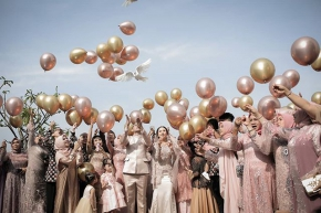 The best times are always found when friends and family gather round. And we have so many great friends and family blessed. . .  Courtesy of dr.Aidha & dr.Yogi @aidahartono @myprandani @bebesjhartono . . Gown @delmorakebayajogja  Mua @nikkiwindya  Organized by @berlianeventorganizer_beo . .#brideandgroom#traditionalwedding #bride#groom #bridestory#weddinginspiration #weddingku #thebridestory #weddingphotography #photoprewedding #wedding #preweddingphotographer #preweddinginspiration  #preweddingidea #weddinginspiration #semarangphotography #jakartaphotographer #surabayaphotographer #baliphotographer #baliwedding #vendorwedding #jakartawedding #friendsphotovideo